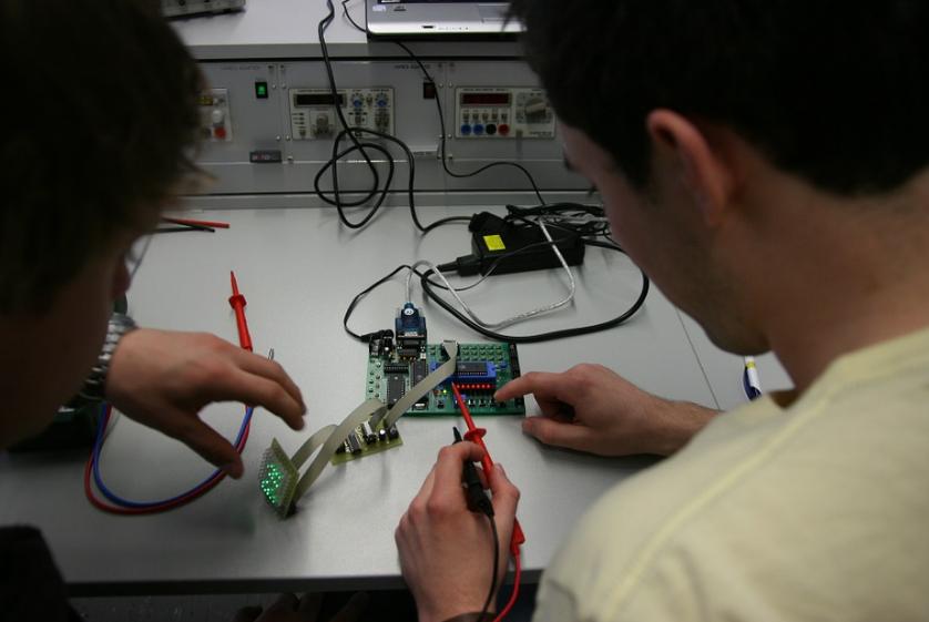 Comment le courant est-il mesuré avec un multimètre ?